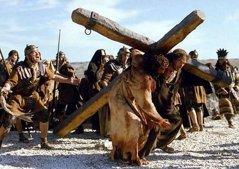 05 Estacao - O Cirineu ajuda Jesus a carregar a cruz2
